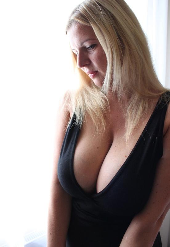 Сексуальная дама с нереально большими дойками 2 фото