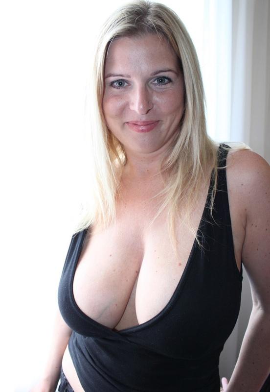 Сексуальная дама с нереально большими дойками 3 фото