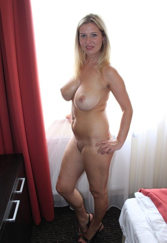 Сексуальная дама с нереально большими дойками 10 фото