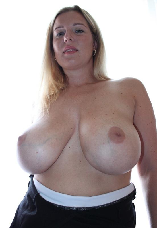 Сексуальная дама с нереально большими дойками 7 фото