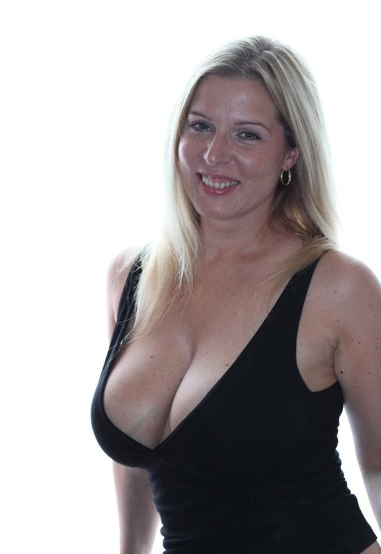 Сексуальная дама с нереально большими дойками 4 фото
