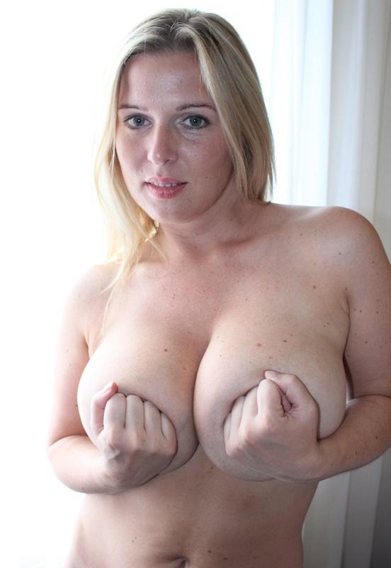 Сексуальная дама с нереально большими дойками 14 фото