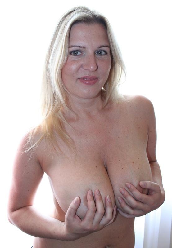 Сексуальная дама с нереально большими дойками 8 фото
