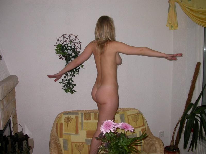 Молодая жена ходит дома голышом и отсасывает мужу 7 фото