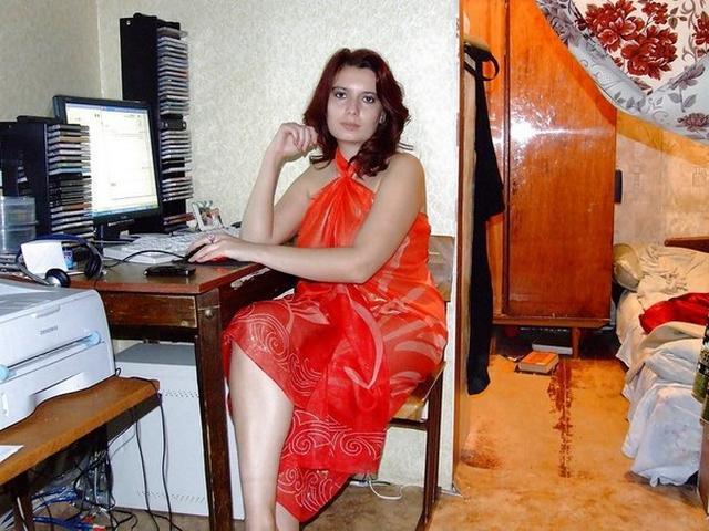 Мамаша с растянутой вагиной улеглась на диван 3 фото