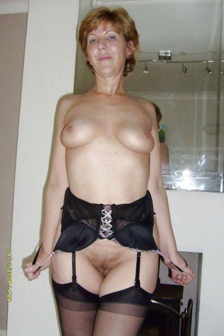 Женщина за 40 показывает трусики под юбкой 8 фото