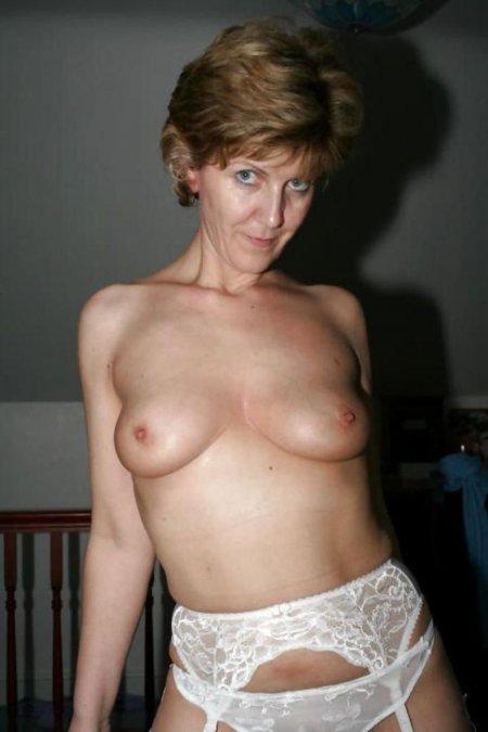 Женщина за 40 показывает трусики под юбкой 1 фото