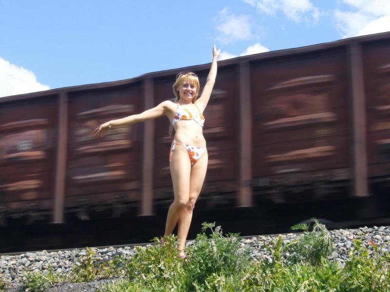 Провинциалка от скуки пошла показывать свои прелести машинистам 1 фото