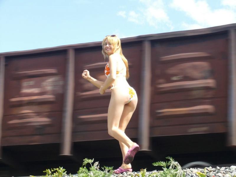 Провинциалка от скуки пошла показывать свои прелести машинистам 5 фото
