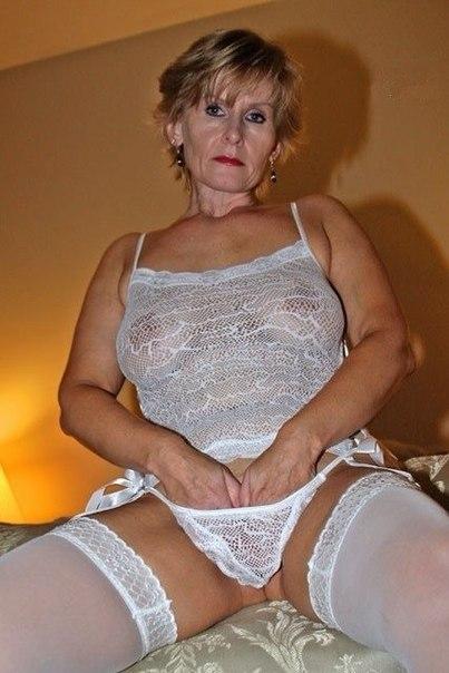 Голые зрелки с большими дойками позируют в нижнем белье 13 фото