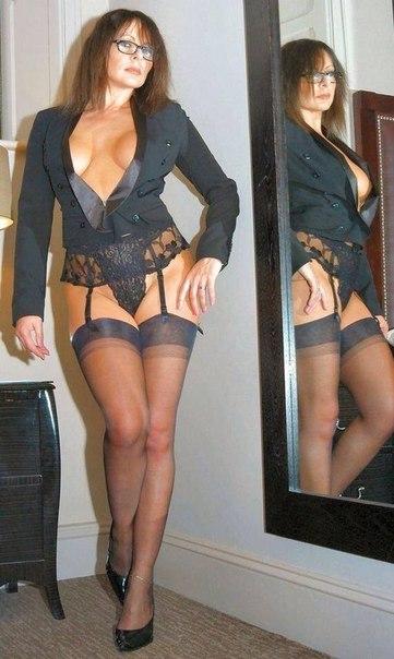 Голые зрелки с большими дойками позируют в нижнем белье 16 фото
