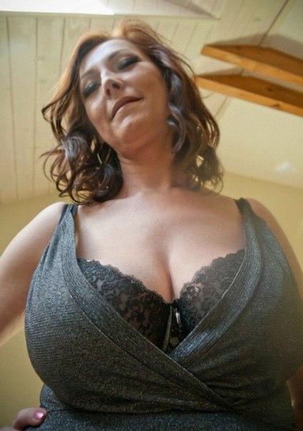 Голые зрелки с большими дойками позируют в нижнем белье 10 фото