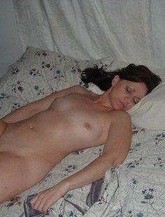 Мужик поделился снимками спящих любовниц голышом