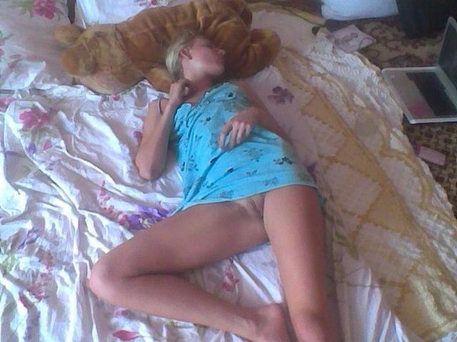 Мужик поделился снимками спящих любовниц голышом 7 фото