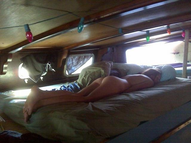 Мужик поделился снимками спящих любовниц голышом 22 фото