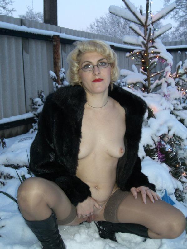 Старая баба в сапожках и чулках на снегу 1 фото