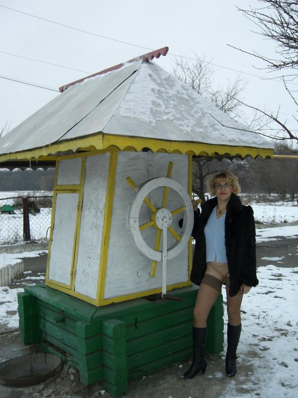 Старая баба в сапожках и чулках на снегу 4 фото