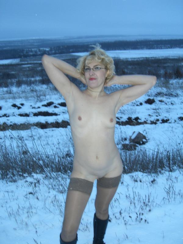 Старая баба в сапожках и чулках на снегу 9 фото