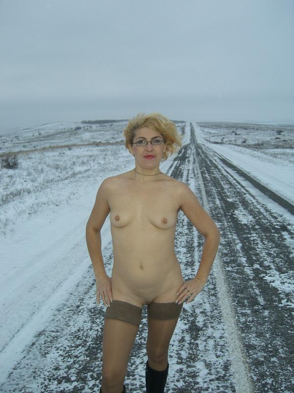 Старая баба в сапожках и чулках на снегу 7 фото