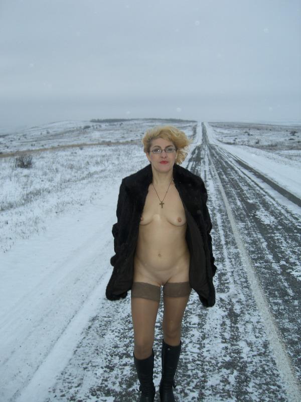Старая баба в сапожках и чулках на снегу 6 фото