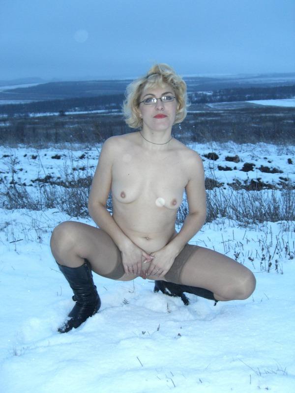 Старая баба в сапожках и чулках на снегу 10 фото