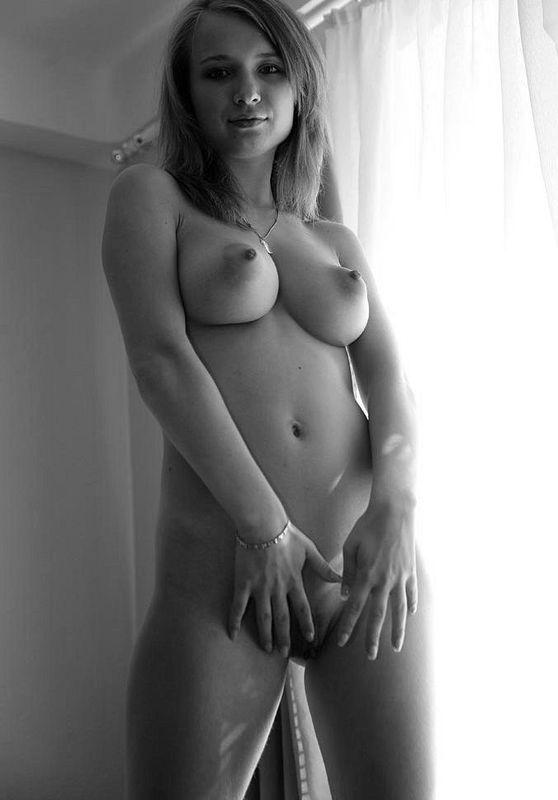 18 летняя малышка выложила в сеть свою обнаженку на диване у окна в черно-белом стиле 3 фото