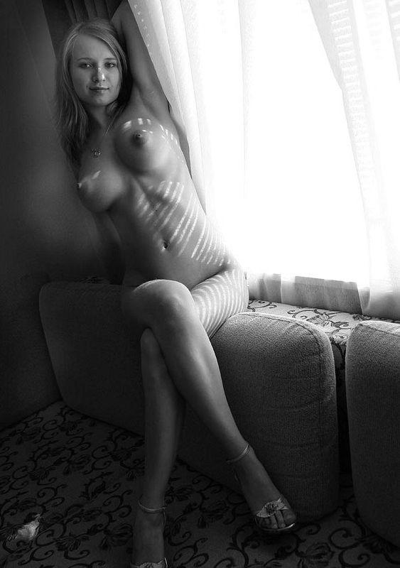18 летняя малышка выложила в сеть свою обнаженку на диване у окна в черно-белом стиле 2 фото
