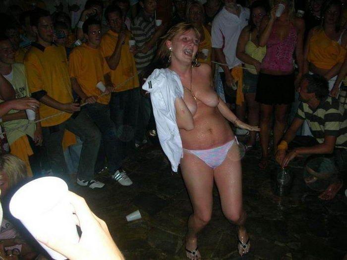 Пьяная оргия в голландском стрип клубе 14 фото