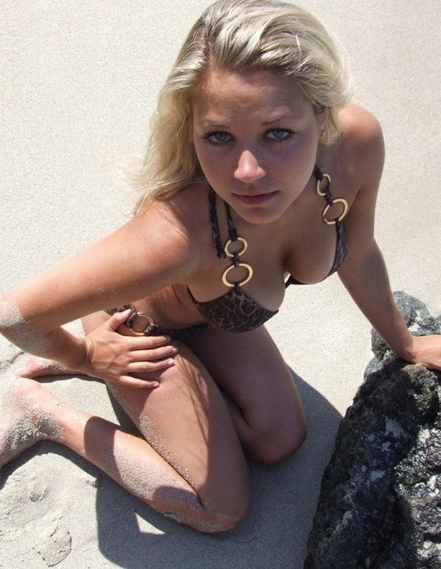 Блондиночка позирует топлес на берегу моря 14 фото