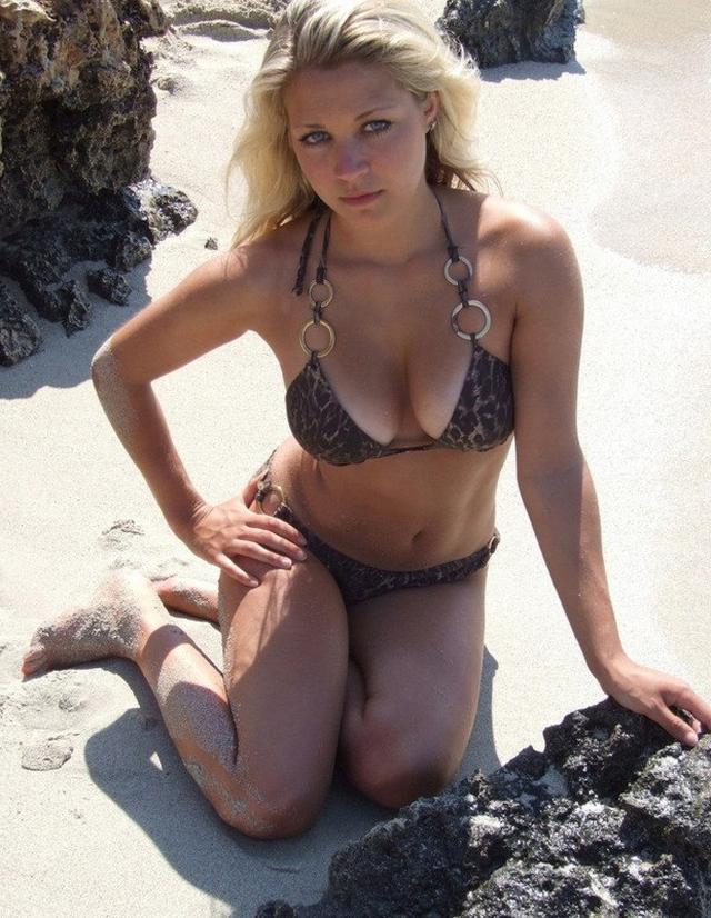Блондиночка позирует топлес на берегу моря 10 фото