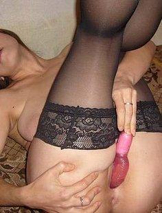 Пихает во влагалище секс игрушку