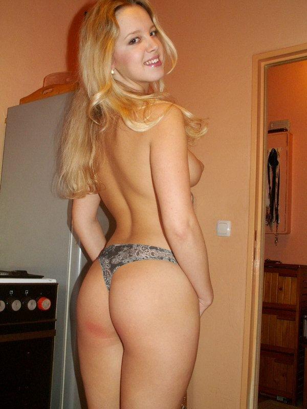 Милая блондинка сняла трусики в коммунальной квартире 3 фото
