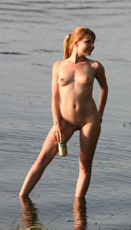 Пьяная сибирячка не отказалась сфотаться голышом в речке 2 фото