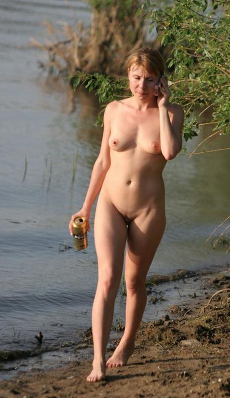 Пьяная сибирячка не отказалась сфотаться голышом в речке 1 фото