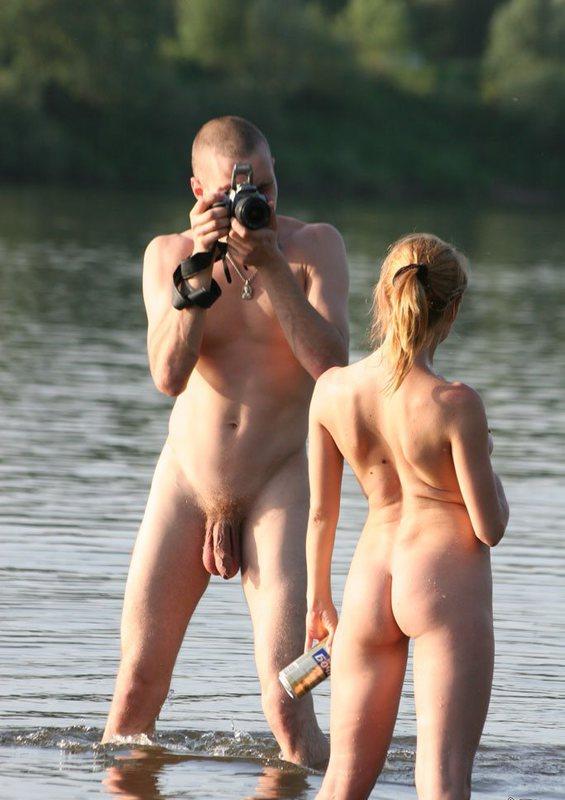 Пьяная сибирячка не отказалась сфотаться голышом в речке 3 фото