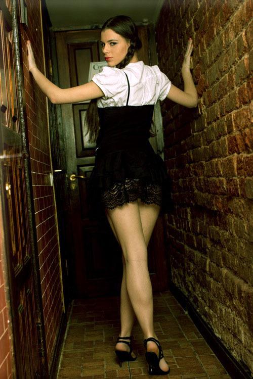Сексуальная и очень горячая молодая модель 9 фото