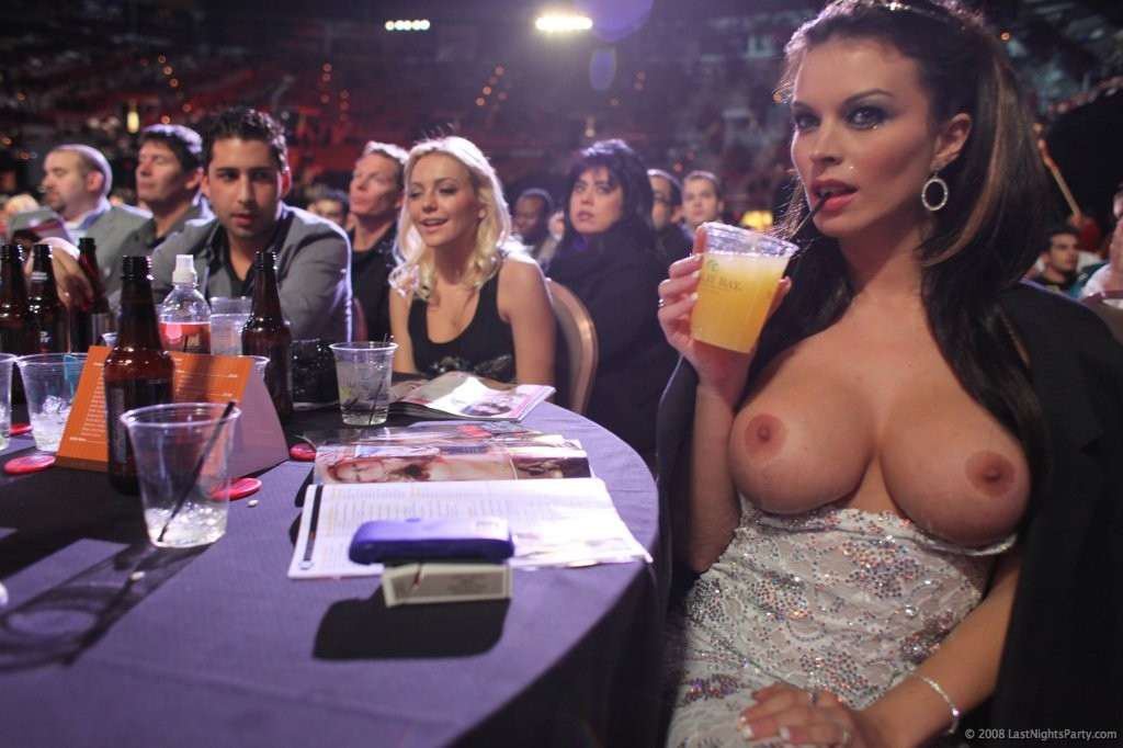 Пьяные бесстыдницы оголяются в ночном клубе 1 фото
