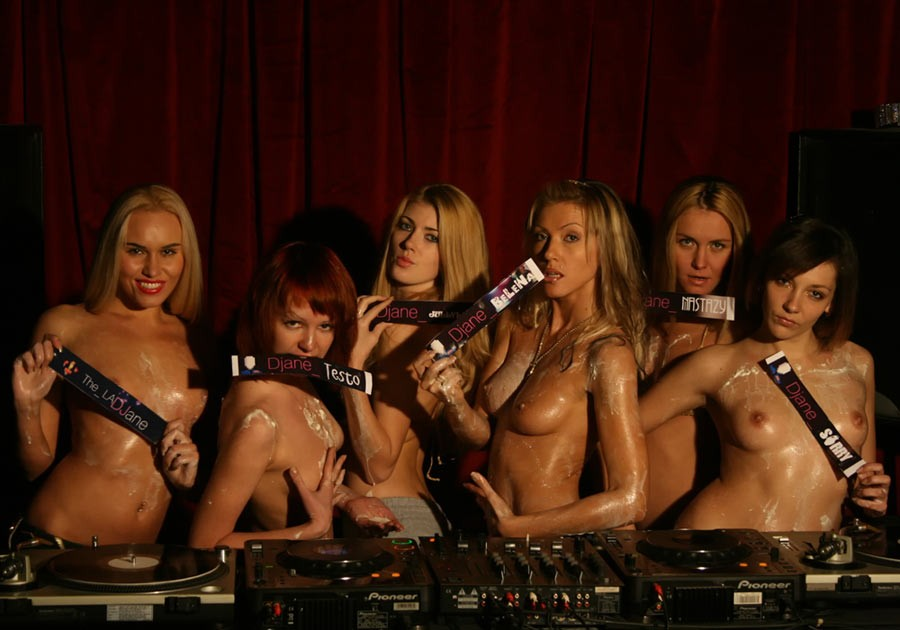 Пьяные бесстыдницы оголяются в ночном клубе 5 фото