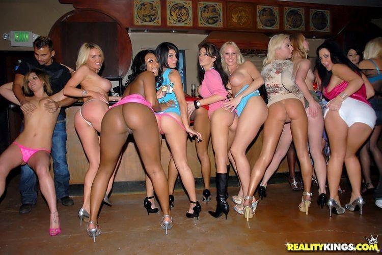 Пьяные бесстыдницы оголяются в ночном клубе 9 фото