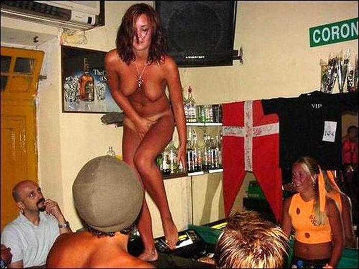 Пьяные бесстыдницы оголяются в ночном клубе 16 фото