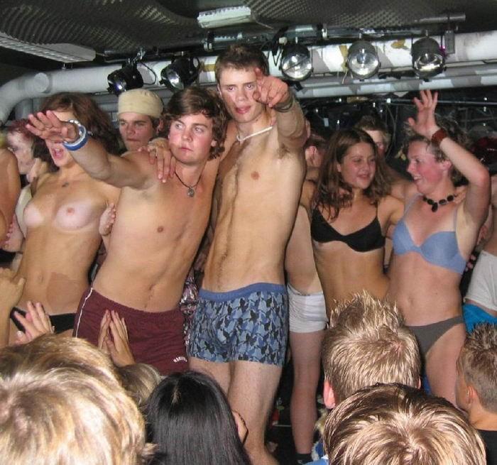 Пьяные бесстыдницы оголяются в ночном клубе 20 фото