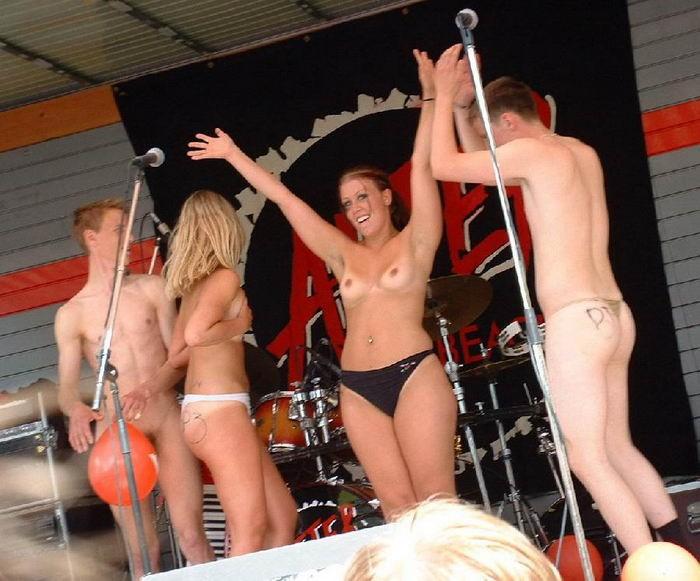 Пьяные бесстыдницы оголяются в ночном клубе 22 фото