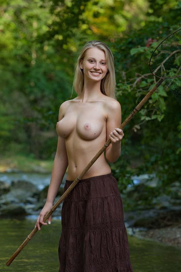 Амазонка с красивой фигурой ловит рыбу в речке 4 фото
