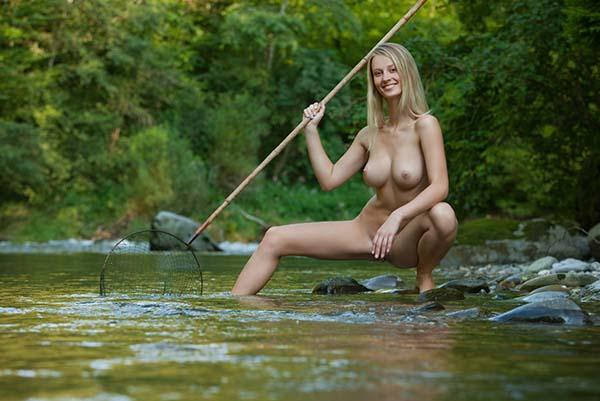 Амазонка с красивой фигурой ловит рыбу в речке 12 фото
