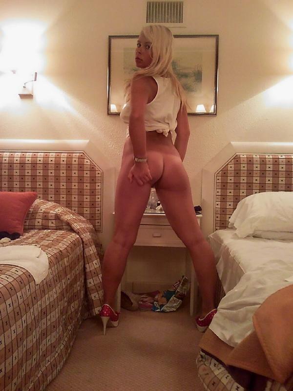 Прекрасная блондинка дрочит киску в спальне