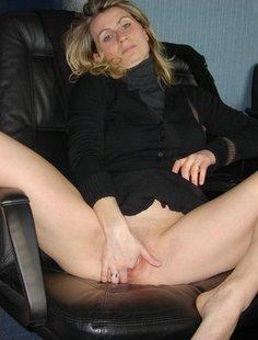 Начальница сняла трусики и мастурбирует на рабочем месте