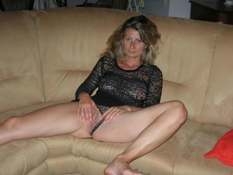 Начальница сняла трусики и мастурбирует на рабочем месте 7 фото