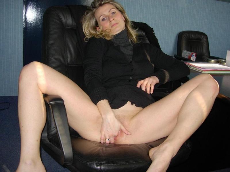 Начальница сняла трусики и мастурбирует на рабочем месте 9 фото