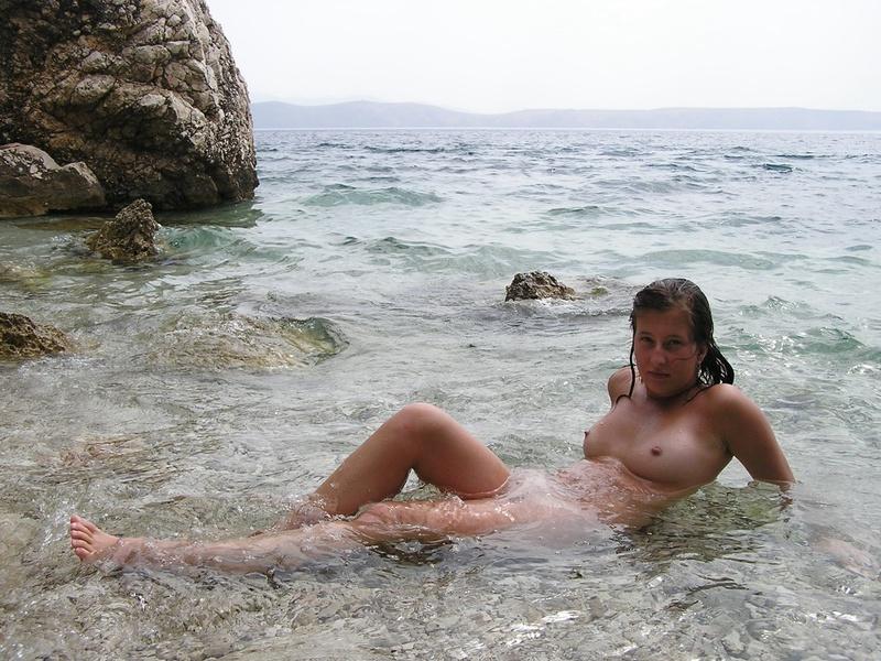 Голая туристка загорает с мужем у моря 5 фото