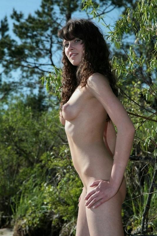 Милая и голая брюнетка на берегу реки 15 фото